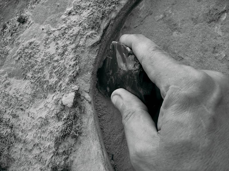 Резка кремневым инструментом портального лаза дольмена