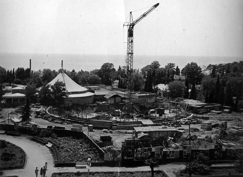 На переднем плане – строительство нового цирка , а на заднем – старый, архитектора А. Стельмашука