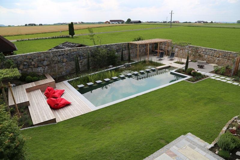 Этот современный натуральный плавательный бассейн запроектирован ensata.