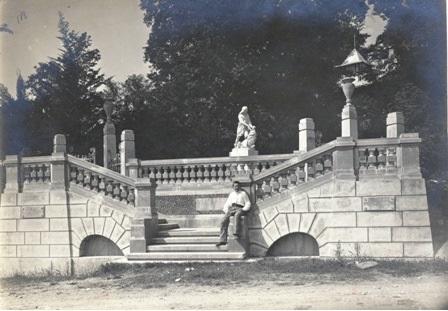 Низ лестницы со скульптурой Самсона, разрывающего пасть льву. 1913