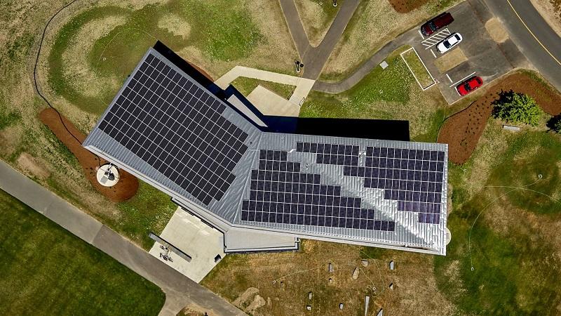 Солнечные батареи на крыше Kern Center выдают 100 кВт энергии, обеспечивая потребности здания.