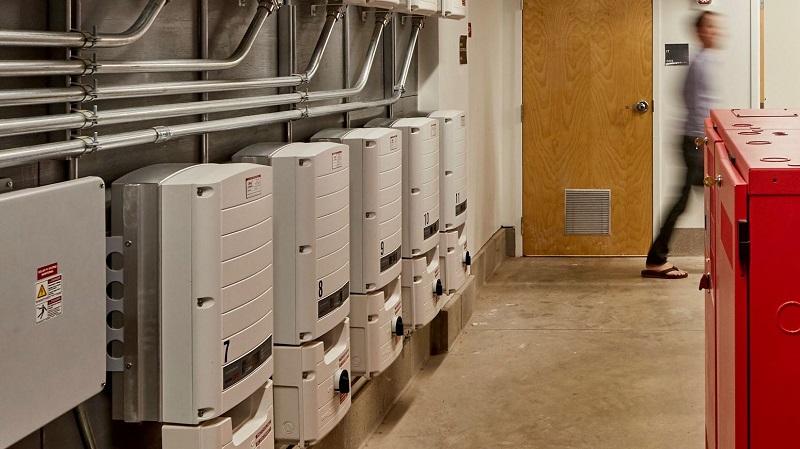 Инверторы преобразуют постоянный ток солнечных батарей в переменный, являющийся стандартом для дома и офиса.