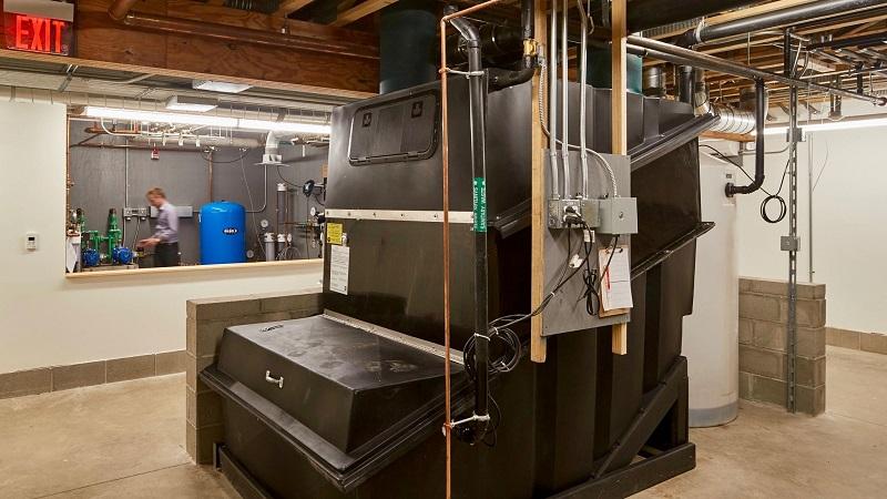 Один из двух компостных агрегатов, перерабатывающих отходы от шести туалетов в Kern Center.